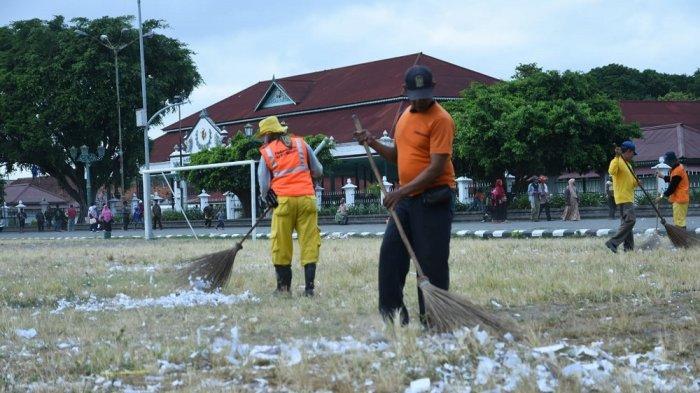 DLH Kota Yogya Bersihkan Sisa Kertas Petasan di Alun-Alun Utara