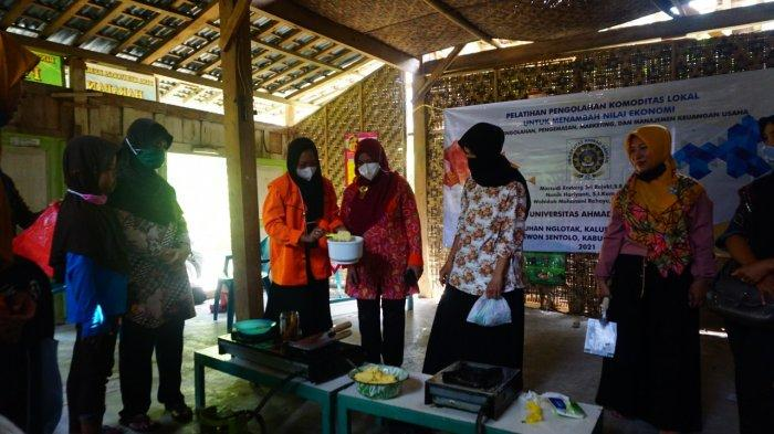 Dosen UAD Yogyakarta Bantu Warga Sentolo Kulon Progo Tingkatkan Nilai Ekonomi Kelapa