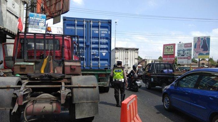 Dua Kontainer Terlibat Laka Karambol di Simpang Empat Dongkelan