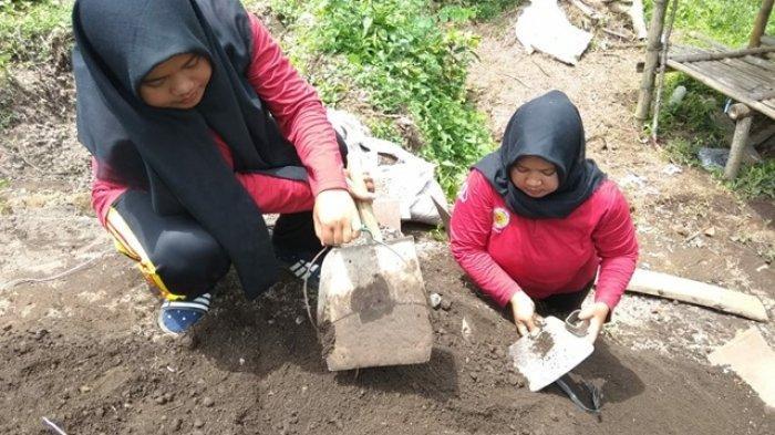 Dua Mahasiswi UAD Yogyakarta Rancang Alat Monitoring Longsor