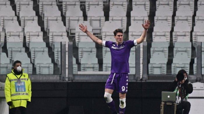 Penyerang Fiorentina Dusan Vlahovic merayakan golnya ke gawang Juventus dalam lanjutan Liga Italia di Stadion Allianz, Turin, Italia pada 22 Desember 2020. Vlahovic kembali tampil gemilang saat trigolnya menyokong kemenangan Fiorentina di markas Benevento pada Sabtu (13/3/2021) waktu setempat.