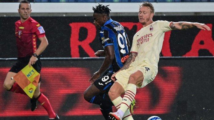 Duvan Zapata vs Simon Kjaer Liga Italia Serie A Atalanta vs AC Milan di Stadion Gewiss (Stadio di Bergamo) di kota utara Bergamo pada 3 Oktober, 2021.