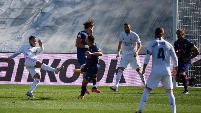 Penyerang Real Madrid Belgia Eden Hazard (kiri) mencetak gol selama pertandingan sepak bola Liga Spanyol antara Real Madrid dan SD Huesca di stadion Alfredo Di Stefano di Valdebebas, timur laut Madrid, pada 31 Oktober 2020.
