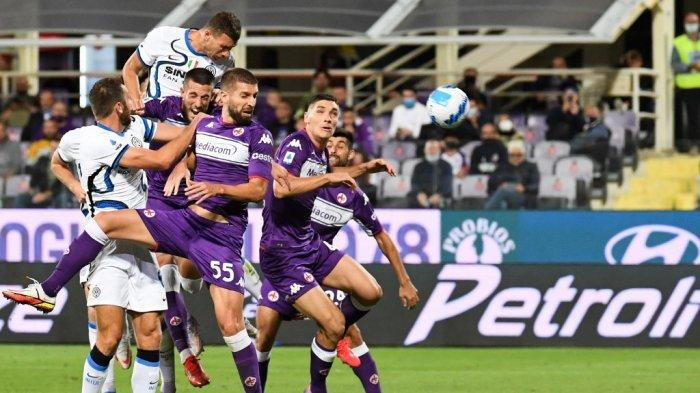 Edin Dzeko menyundul bola di Liga Italia Serie A antara Fiorentina vs Inter Milan di Stadion Artemio Franchi di Florence, pada 21 September 2021.