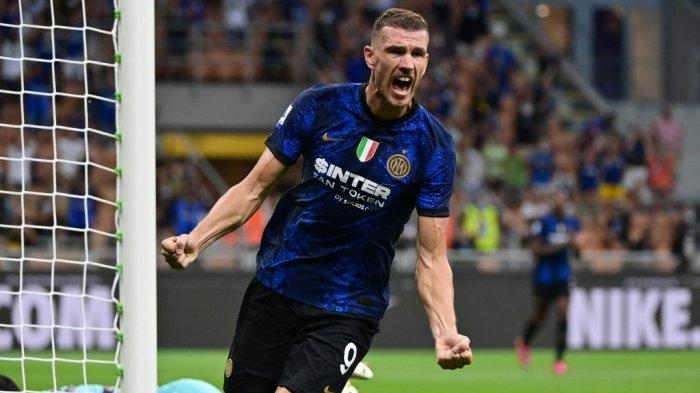 Edin Dzeko merayakan gol di Serie A Inter Milan vs Genoa di stadion San Siro di Milan, pada 21 Agustus 2021.