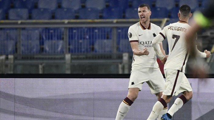 Penyerang AS Roma asal Bosnia Edin Dzeko melakukan selebrasi setelah mencetak gol penyeimbang pada pertandingan leg kedua perempat final Liga Eropa UEFA AS Roma vs Ajax Amsterdam Jumat 16 April 2021 di stadion Olimpiade di Roma