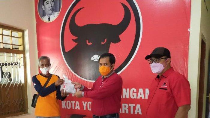 Bantu Warga Terdampak Covid-19, DPC PDI Perjuangan Kota Jogja Bagikan Daging Kurban