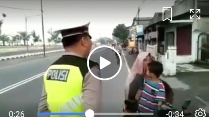 Video Viral, Emak-emak Ini Marah saat Ditilang Polisi, Reaksi Anaknya pun Bikin Gemas