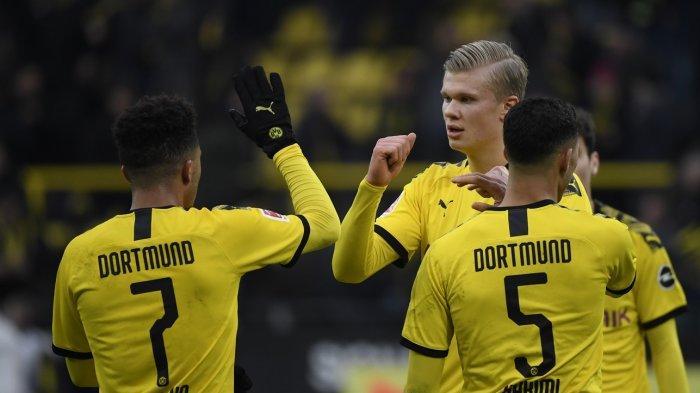 Jadon Sancho, Erling Braut Haaland (tengah) dan Achraf Hakimi (kanan) merayakan kemenangan 1-0 pada pertandingan sepak bola Bundesliga antara Borussia Dortmund vs SC Freiburg pada 29 Februari 2020 di Dortmund .