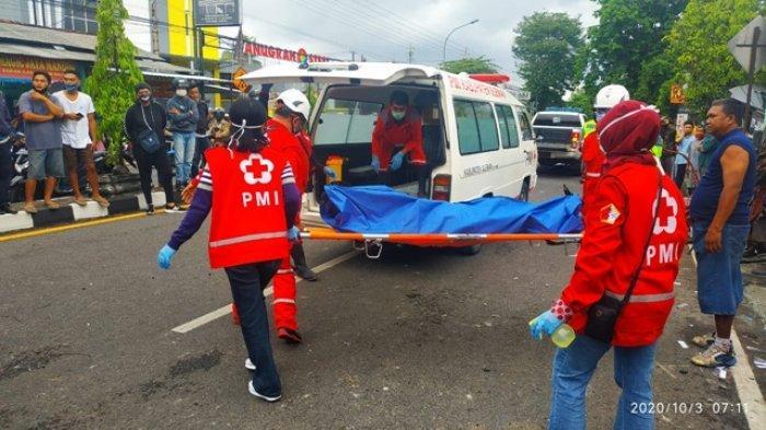 Petugas melakukan evakuasi terhadap korban yang mengalami lakalantas di Jl Magelang 7,8 pada Sabtu (3/10/2020) pagi. Empat orang dinyatakan tewas akibat insiden itu.