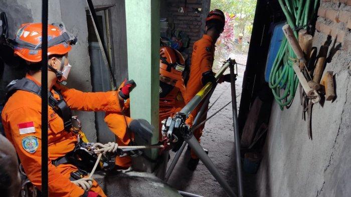 Evakuasi lansia menceburkan diri ke dalam sumur oleh personel Kantor Basarnas Yogyakarta, Rabu (22/9/2021) sore.