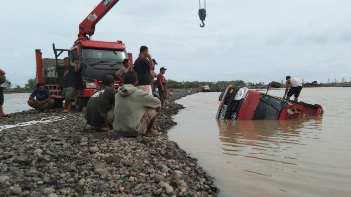 Satu Unit Drump Truk Terguling di Sungai Progo Akibat Banjir Setelah Hujan Deras