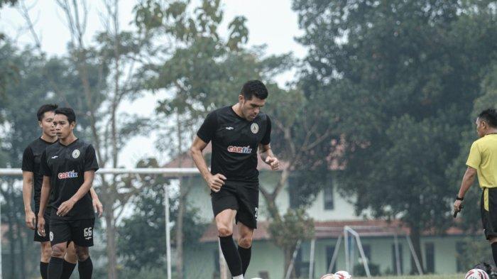 Palang pintu naturalisasi, Fabiano Beltrame menjalani latihan bersama PSS Sleman di Bandung, Rabu (17/3).
