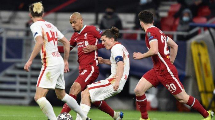 Fabinho dan Marcel Sabitzer di babak 16 besar Liga Champions Liverpool vs RB Leipzig di Puskas Arena di Budapest, Hongaria, pada 10 Maret 2021.