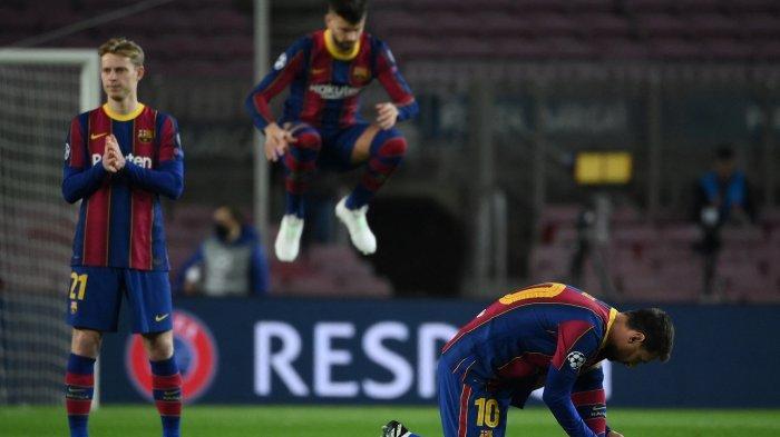Penyerang Barcelona Lionel Messi (kanan) mengikat tali sepatunya sebelum pertandingan leg pertama babak 16 besar Liga Champions UEFA antara FC Barcelona dan Paris Saint-Germain FC di stadion Camp Nou di Barcelona pada 17 Februari 2021.