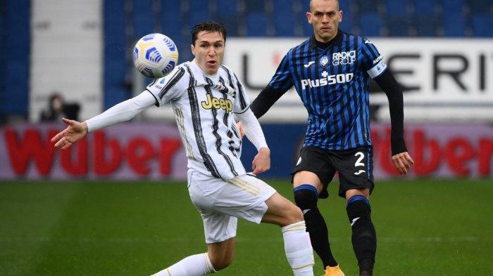 Federico Chiesa dan Rafael Toloi di Liga Italia Serie A Atalanta Bergamo vs Juventus pada 18 April 2021 di stadion Atleti Azzurri d'Italia di Bergamo.