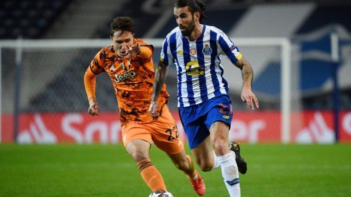 Federico Chiesa dan Sergio Oliveira di babak 16 besar Liga Champions Porto vs Juventus di stadion Dragao di Porto pada 17 Februari 2021.