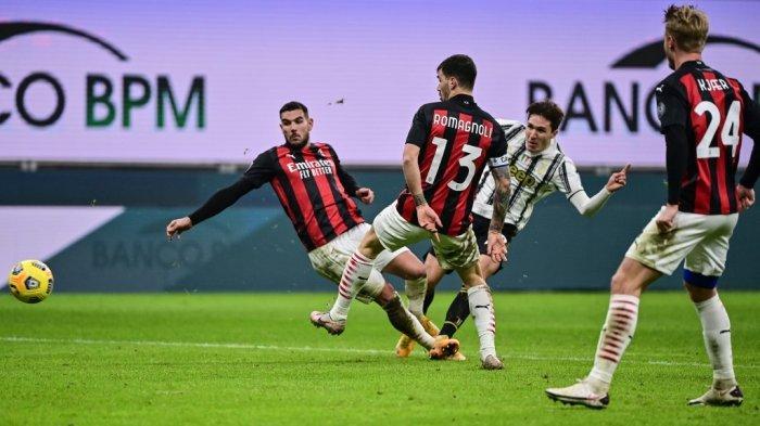 Federico Chiesa menembak di antara Romagnoli dan Hernandez di Serie A Italia AC Milan vs Juventus pada 6 Januari 2021 di stadion San Siro di Milan.