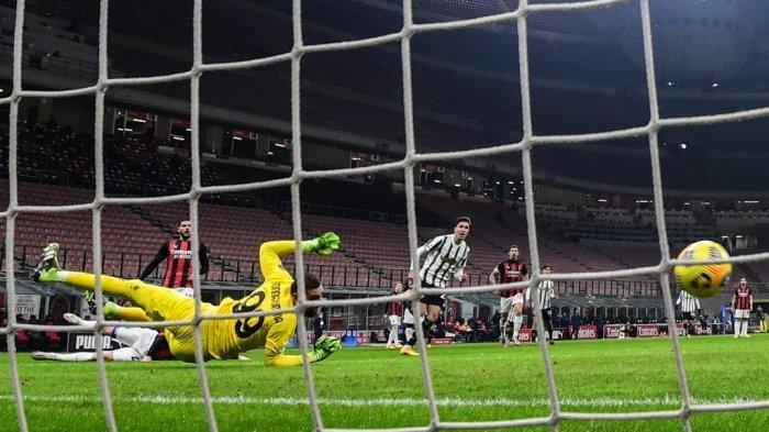 Federico Chiesa menembak melewati Gianluigi Donnarumma di Serie A Italia AC Milan vs Juventus pada 6 Januari 2021 di stadion San Siro di Milan.