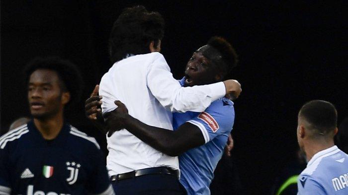 Pemain depan Lazio dari Ekuador Felipe Caicedo (2R) merayakan dengan pelatih Lazio Italia Simone Inzaghi (2L) setelah mencetak gol selama pertandingan sepak bola Serie A Italia antara Lazio (SSL) dan Juventus (JFC), di stadion Olimpiade di Roma pada 8 November, 2020.