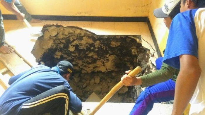 Fenomena Sinkhole Kembali Terjadi di Rongkop, Lantai Rumah Sukamto Tiba-tiba Ambles Sedalam 6 Meter