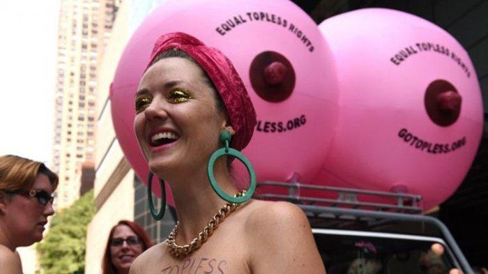 Ilustrasi: Elle Wesseling dari Sydney, Australia, berpartisipasi dalam International Go Topless Day di New York, AS, Sabtu (26/8/2017). Ini adalah ajang tahunan yang diadakan untuk mendukung hak perempuan bertelanjang dada di depan umum demi kesetaraan gender.