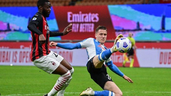 Fikayo Tomori dan Piotr Zielinski di Liga Italia Serie A AC Milan vs Napoli pada 14 Maret 2021 di stadion San Siro di Milan.