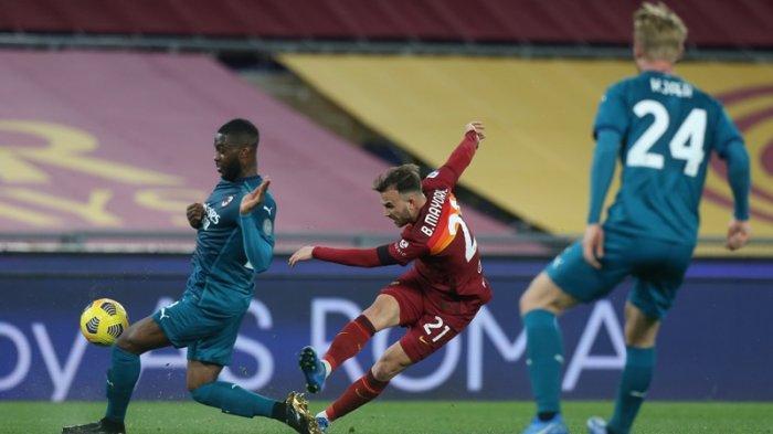 Fikayo Tomori dan Simon Kjaer menjaga Borja Mayoral saat AS Roma vs AC Milan