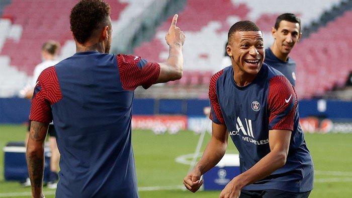 Penyerang Paris Saint-Germain Kylian Mbappe (kanan) bercanda dengan rekan satu timnya selama sesi latihan di stadion Luz di Lisbon pada 22 Agustus 2020 pada malam pertandingan final Liga Champions UEFA antara Paris Saint-Germain dan Bayern Munich.