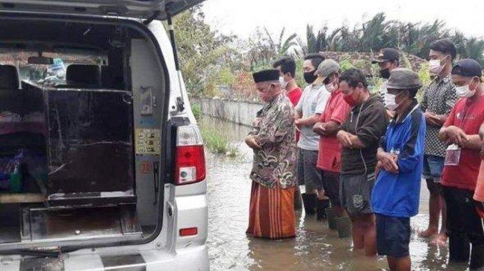Foto Pemakaman Jenazah Covid-19 di Pekalongan Saat Banjir Viral, Ini Penjelasan Kepala Puskesmas