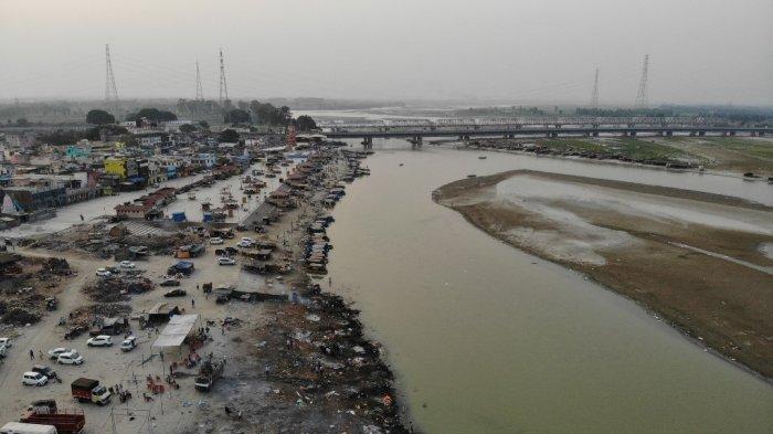 Foto udara 5 Mei 2021, pembakaran kayu bakar korban Covid-19 virus korona terlihat di tempat kremasi di sepanjang tepi Sungai Gangga, di Garhmukteshwar.