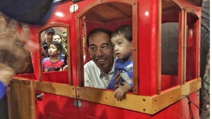 Presiden Jokowi Naik Kereta-keretaan Bareng Cucunya
