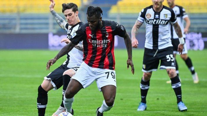Franck Kessie dan Dennis Man di Serie A Italia Parma vs AC Milan pada 10 April 2021 di stadion Ennio-Tardini di Parma.