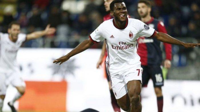 Franck Kessie merayakan gol AC Milan ke gawang Cagliari pada pertandingan Serie A di Sardegna Arena, Minggu (21/1/2018).