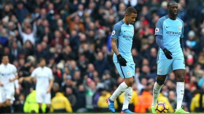 Pemain Manchester City, Gabriel Jesus (kiri) dan Yaya Toure, kecewa setelah timnya dibobol Swansea City dalam laga Premier League di Stadion Etihad, Manchester, Inggris, 5 Februari 2017.