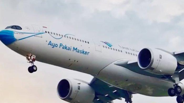 Tangkapan layar pesawat maskapai penerbangan Garuda Indonesia menggunakan masker, Selasa (13/10/2020).