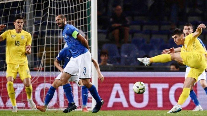 Gelandang timnas Ukraina, Ruslan Malinovskyi (kanan), melepaskan sepakan voli yang berbuah gol ke gawang timnas Italia dalam pertandingan uji coba di Genoa, Italia, Rabu (10/10/2018) atau Kamis dini hari.