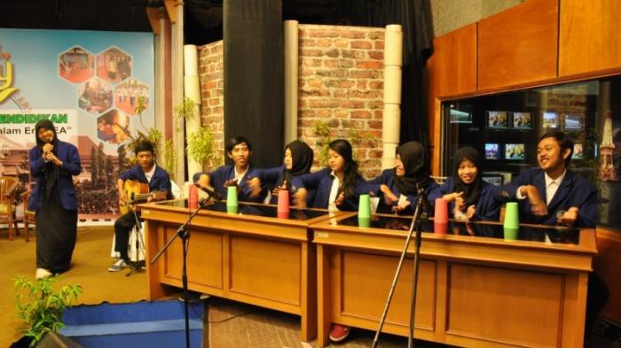 Mahasiswa UNY Aransemen Musik dari Gelas Plastik