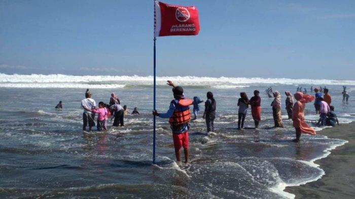 Gelombang tinggi, Petugas SAR Linmas Pantai Parangtritis memberikan himbauan kepada wisatawan supaya tidak bermain air ke tengah.