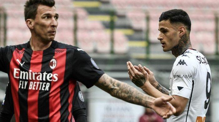 Gianluca Scamacca dan Mario Mandzukic di Liga Italia Serie A AC Milan vs Genoa pada 18 April 2021 di stadion San Siro di Milan.