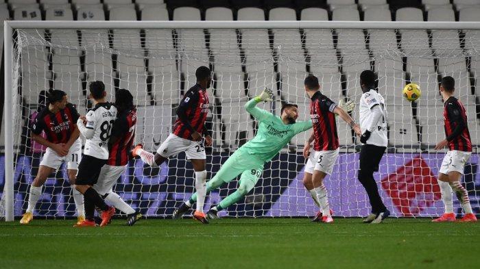 Gianluigi Donnarumma kebobolan gol kedua di Liga Italia Serie A Spezia vs AC Milan pada 13 Februari 2021 di stadion Alberto-Picco di La Spezia.