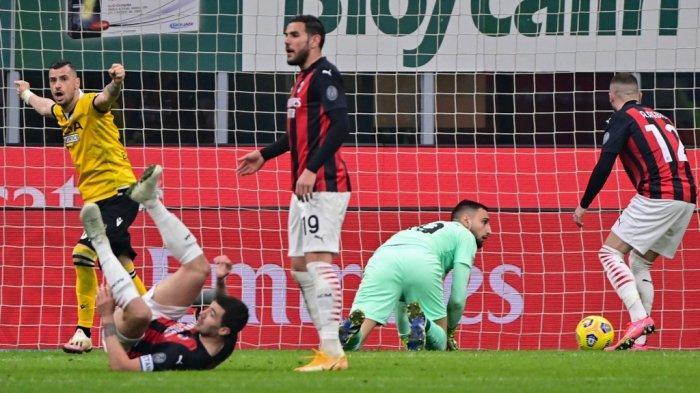 Gianluigi Donnarumma kebobolan gol pembuka di Liga Italia Serie A AC Milan vs Udinese pada 3 Maret 2021 di stadion San Siro di Milan.
