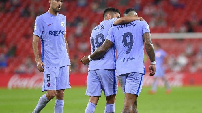 Memphis Depay (kanan) Jordi Alba (C) dan Sergio Busquets pada pertandingan Liga Spanyol saat Barca melawan Athletic Club Bilbao di stadion San Mames di Bilbao pada 22 Agustus , 202