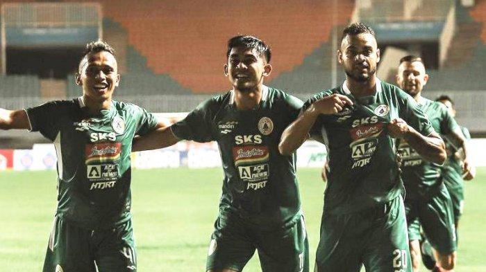 Juninho (depan kanan) melakukan selebrasi setelah mencetak gol ke gawang Arema FC di Stadion Pakansari, Bogor, Jawa Barat, Minggu (19/9/2021) malam, dalam debut bersama PSS Sleman di BRI Liga 1 2021.