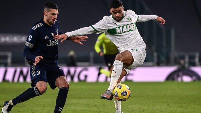 Gregoire Defrel dan Merih Demiral di Serie A Italia Juventus vs Sassuolo pada 10 Januari 2021 di stadion Juventus di Turin.