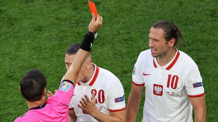 Krychowiak Pemain Pertama yang Dikartu Merah di Euro 2020