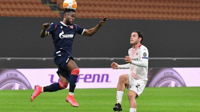 Guelor Kanga Kakou dan Davide Calabria di babak 32 besar Liga Europa, AC Milan vs Red Star 25 Februari 2021 di San Siro stadion di Milan.
