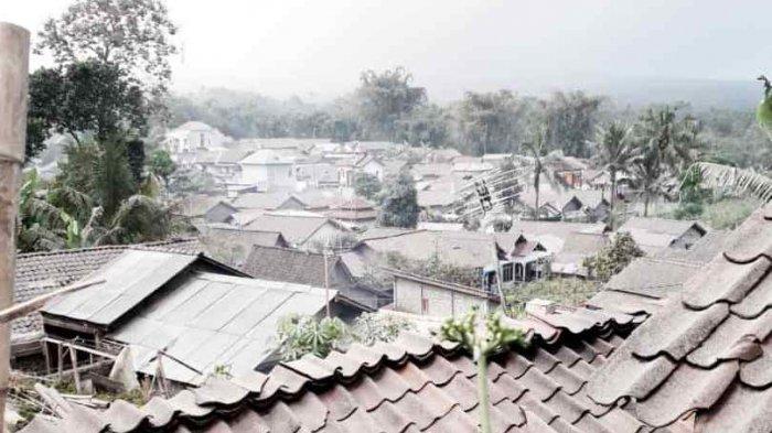 Guyuran abu Merapi mengenai perumahan warga di Kapuhan, Sawangan, Kabupaten Magelang, Senin (16/08/2021).