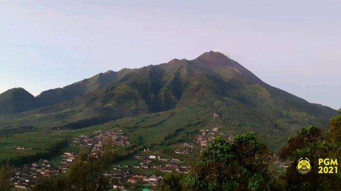 Gunung Merapi, Senin (3/5/2021) pukul 05.58 WIB via PGM Selo, visual Merapi tampak, cuaca cerah, suhu udara 14.0°C, kelembaban 72 %rh, pressure 835.4 hpa, angin tenang.