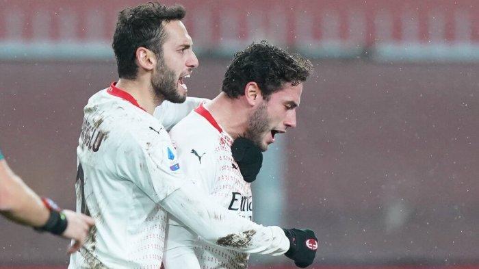 Hakan Calhanoglu dan Davide Calabria selebrasi saat AC Milan vs Genoa